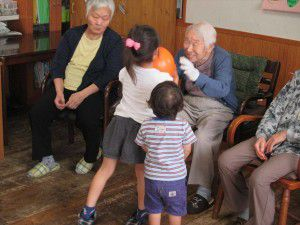 20150629小さくてかわいいボランティアの子供たちが時々来てくれます。3