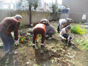 20150413利用者様とご一緒に、庭にお花を植えました!6