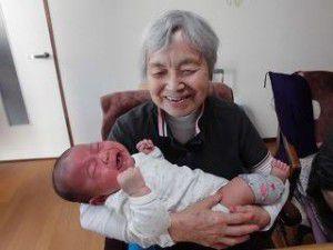 20150512-1月に生まれた管理者の赤ちゃんと利用者様との写真を掲載致します☆6
