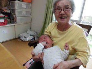 20150512-1月に生まれた管理者の赤ちゃんと利用者様との写真を掲載致します☆5