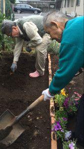 20150604庭にレンガを使った、とってもステキな花壇を利用者様と一緒に作りました!3