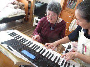 20151102利用者様に、電子ピアノを弾いて頂きました。3