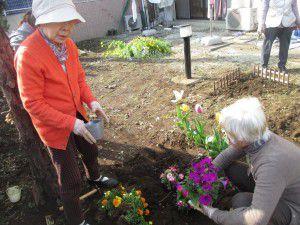 20150413利用者様とご一緒に、庭にお花を植えました!11